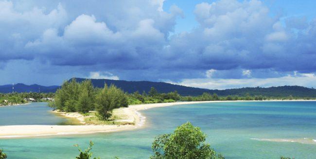 Bãi biển Phú Quốc trải dài với biển xanh cát trắng