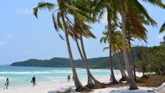 Du khách hòa mình vào làn nước trong xanh của bãi biển
