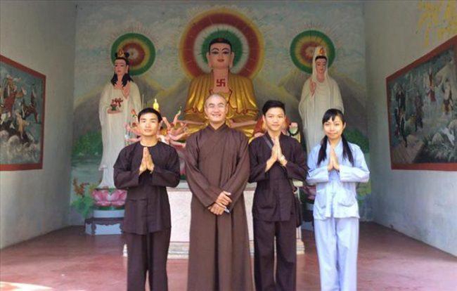 Chùa rất linh thiêng nên người dân đến chùa cầu nguyện