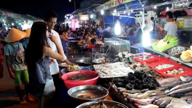 Du khách mua hải sản tại chợ Đêm Phú Quốc
