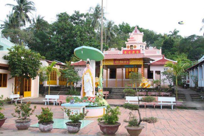 Giữa sân chùa có tượng Phật Bồ Tát Quan Âm