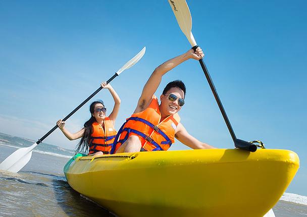 Chèo thuyền Kayak trên bãi biển Cửa Cạn