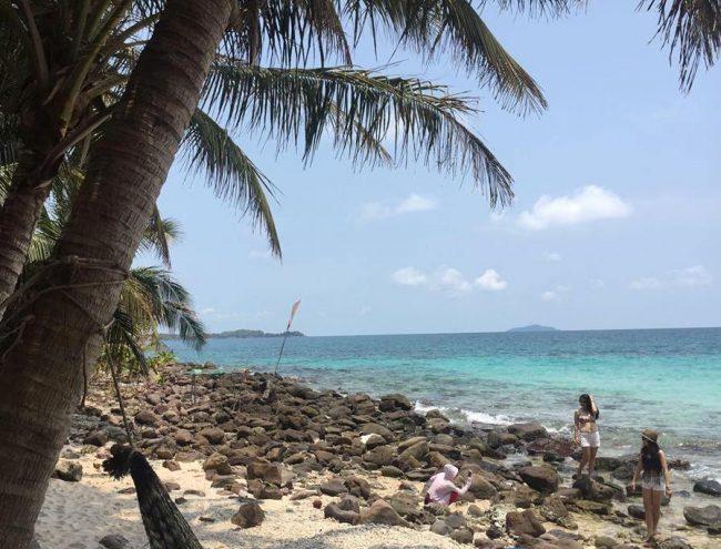 Hòn Mây Rút có bãi cát rợp bóng dừa