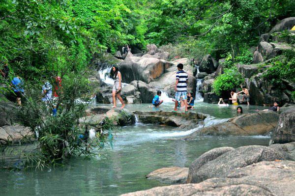 Tắm suối Đá Bàn