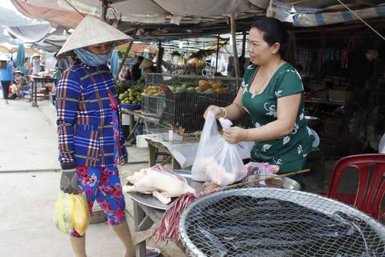 Người dân buôn bán trên cảng cá Thổ Chu
