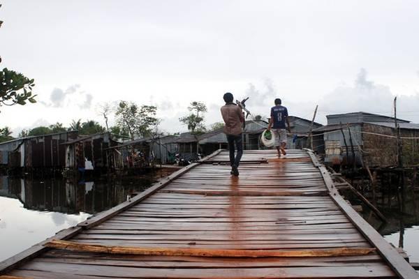 Đường vào Bãi Cửa Cạn quanh co trên chiếc cầu gỗ