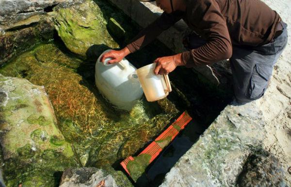 Người dân lấy nước  giếng Tiên